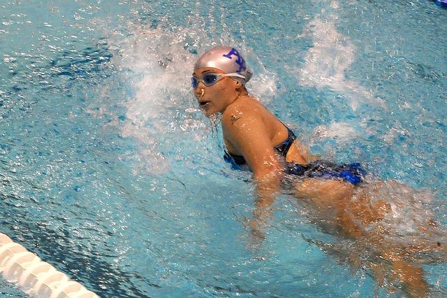 pływa w basenie