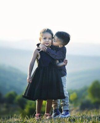 Dlaczego nie powinniśmy zmuszać dzieci do przepraszania i przytulania?